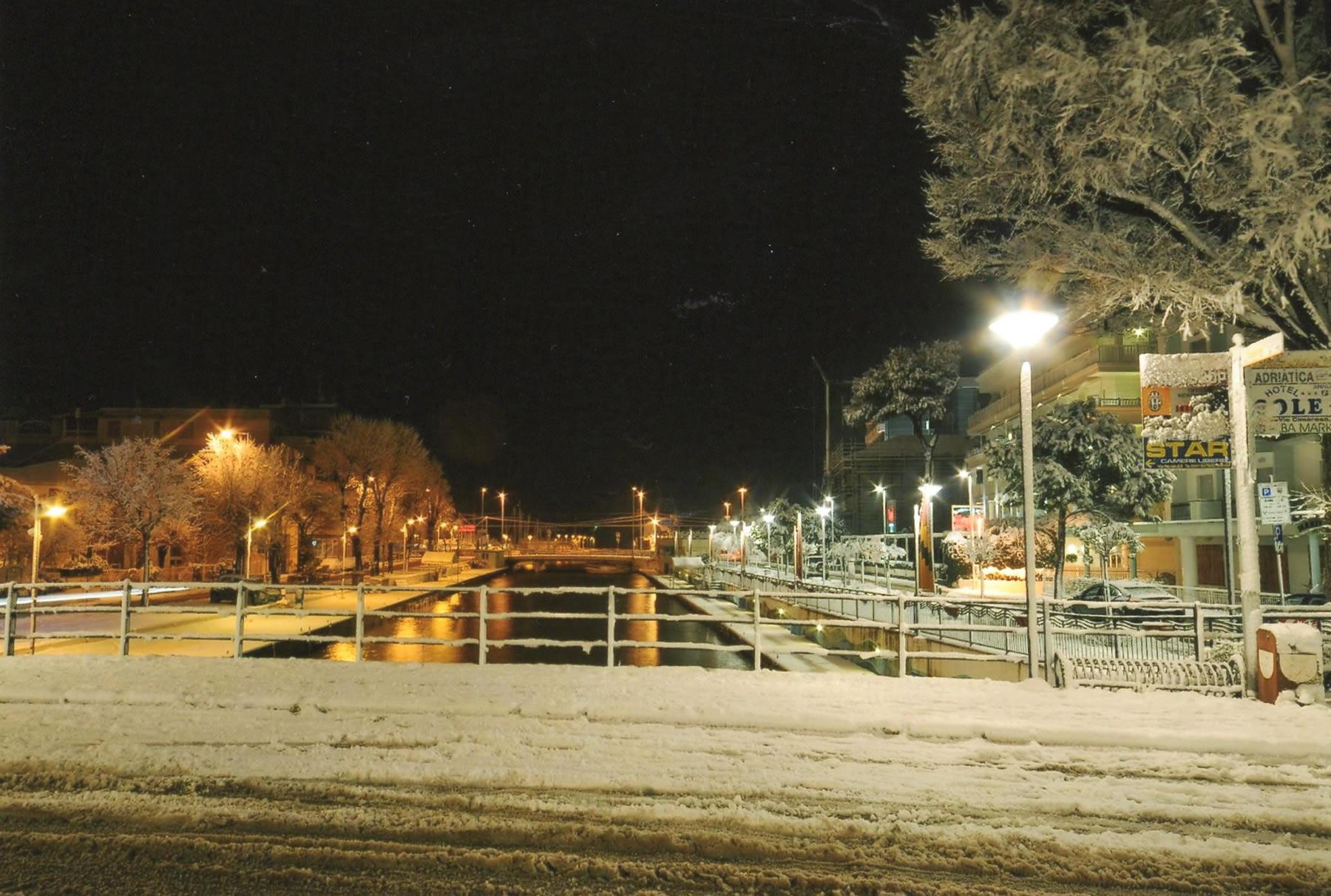 Il ponte sul viale Dante  (l'Hotel Marilena è alla destra del porto canale)